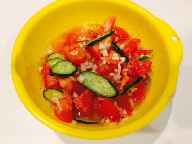 トマトをカット、玉ねぎみじん切りにして、調味料と和えるだけのサラダ